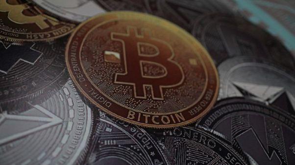 العملة الرقمية بتكوين تنزل عن مستوى 8000 دولار