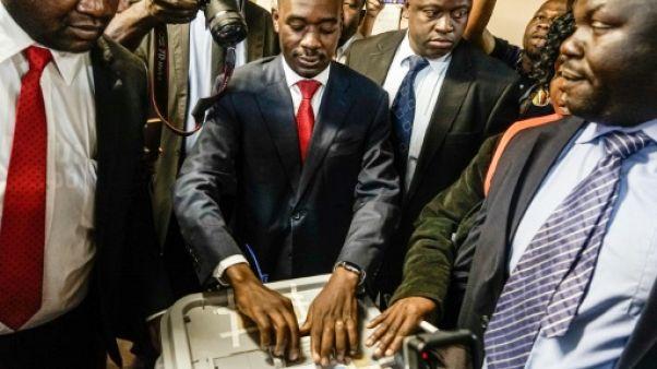 """Le leader de l'opposition au Zimbabwe revendique une victoire """"éclatante"""""""