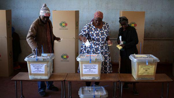 طرفا انتخابات الرئاسة في زيمبابوي واثقان من الفوز مع تقارب النسب