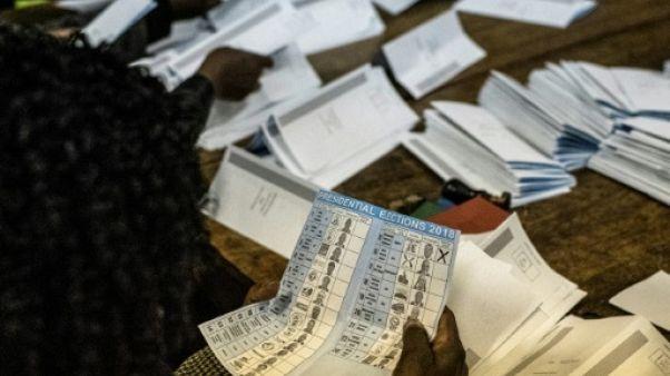 Dépouillement dans un bureau de vote à Harare, le 30 juillet 2018