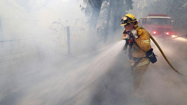 هدوء الرياح يقدم العون في مكافحة حرائق غابات كاليفورنيا