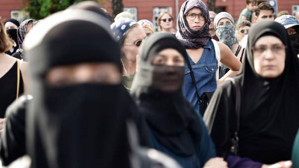 مئات الدنمركيين يحتجون على حظر النقاب في الأماكن العامة