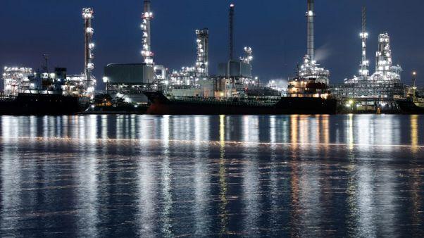 أسعار النفط تهبط 2% مع تزايد الإمدادات والقلق بشأن التوترات التجارية