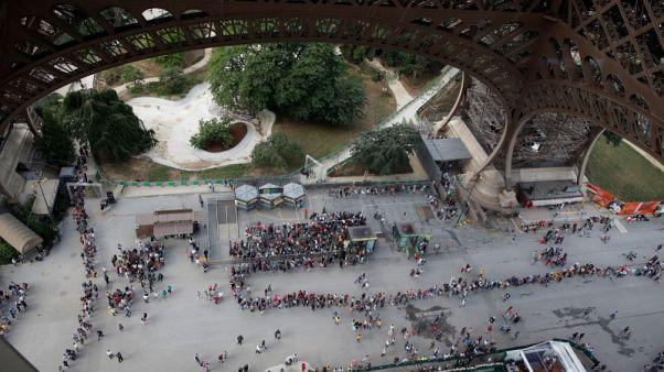إغلاق برج إيفل في باريس مع إضراب العمال بسبب طوابير الزوار الطويلة