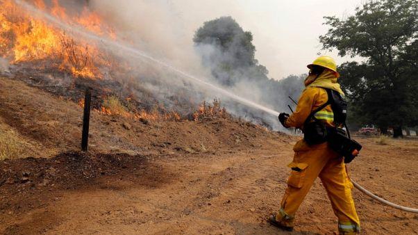 رجال الإطفاء يحاصرون حريق (كار فاير) في كاليفورنيا