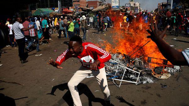 رئيس زيمبابوي يقول إنه يتحدث مع المعارضة لنزع فتيل التوتر