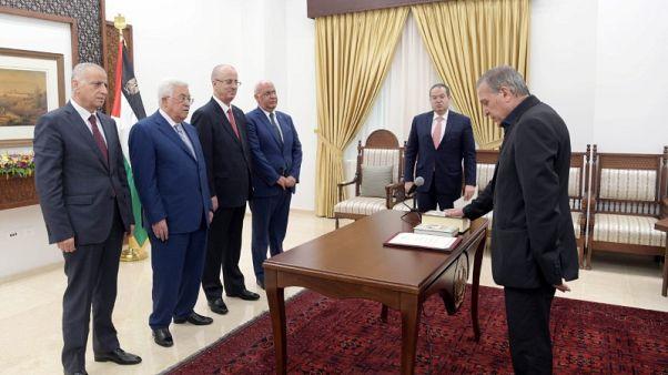 عباس يعين أبو ردينة نائبا لرئيس الوزراء ووزيرا للإعلام وحماس ترفض