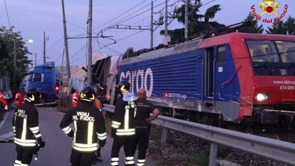 Scontro fra tir e treno merci, 2 feriti