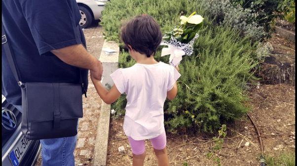 Fiori per neonato trovato morto a Terni