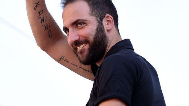 """هيجوين يقول إنه لا يخشى القميص رقم 9 """"المشؤوم"""" في ميلانو"""