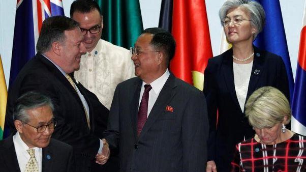 وزير الخارجية الأمريكي يصافح وزير خارجية كوريا الشمالية
