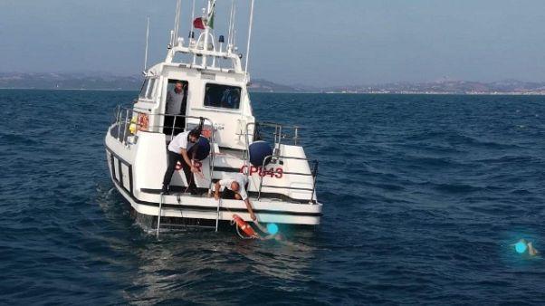 Imbarcazione affonda, quattro in salvo