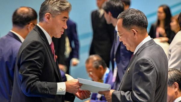 دبلوماسي أمريكي يسلم وزير خارجية كوريا الشمالية خطابا من ترامب لكيم