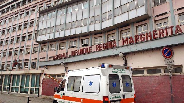 Genitori portano via figlia da ospedale