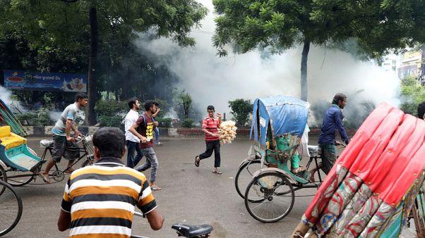 شرطة بنجلادش تطلق الغاز المسيل للدموع لتفريق محتجين يعطلون المرور