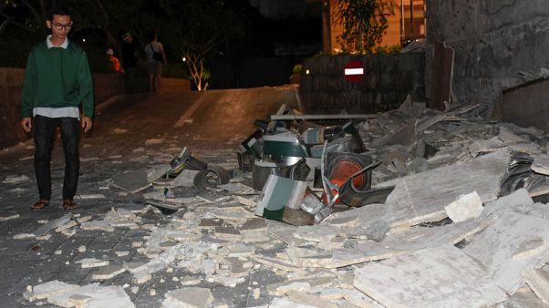 السياح يفرون من جزيرة لومبوك الإندونيسية بعد زلزال قتل 98 شخصا