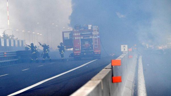 حادث مروري يتسبب في انفجار وحريق قرب مطار بولونيا الإيطالي
