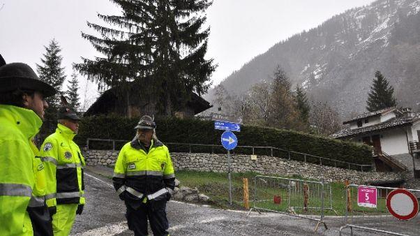 Frana in val Ferret,in corso evacuazione