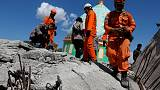 إنقاذ امرأة من تحت الأنقاض بعد يومين من زلزال إندونيسيا المدمر