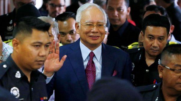 لجنة ماليزية لمكافحة الفساد توجه اتهامات لرئيس الوزراء السابق
