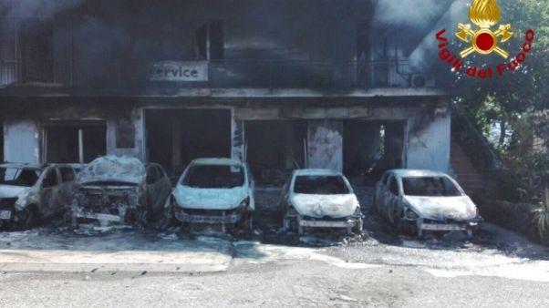Sardegna, rogo 12 auto e statale chiusa