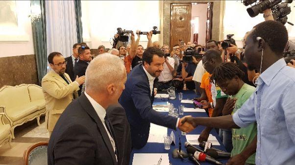 Foggia: Salvini a migranti, aiutiamoci