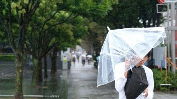 Un passant à Tokyo à l'approche du typhon Shanshan, le 8 août 2018