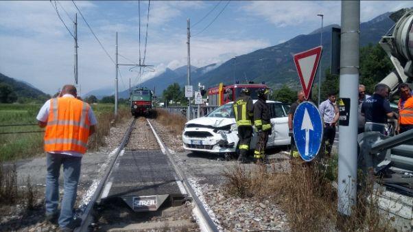 Auto su binari, treno evita scontro