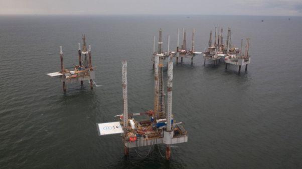 النفط يغلق مرتفعا بدعم من عقوبات إيران، لكنه ينهي الأسبوع على خسارة