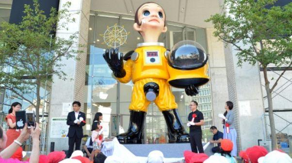 A Fukushima, la statue d'un enfant en équipement de protection dérange
