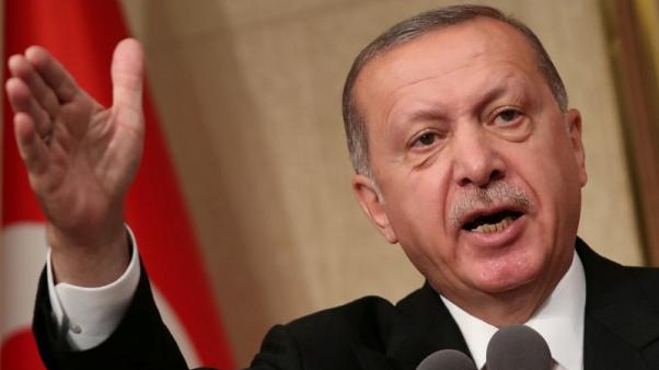 أردوغان يقول تركيا ستقاطع المنتجات الإلكترونية الأمريكية والليرة تستقر