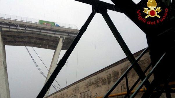 """انهيار جسر للسيارات في جنوة بإيطاليا ومخاوف من مقتل """"العشرات"""""""