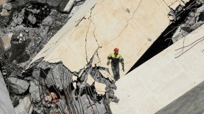 Au milieu des décombres à Gênes, la recherche effrénée de survivants