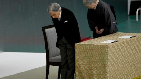 """Le Japon commémore la fin de la guerre, Akihito exprime des """"remords"""""""