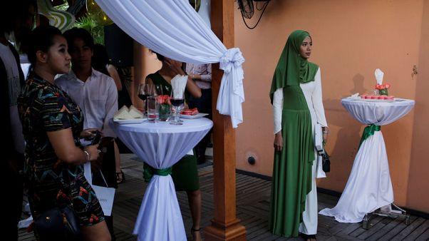 """تحقيق-""""الحجاب مفتاح"""".. مدونة من ميانمار تكافح التمييز بحملة للعناية بالجمال"""