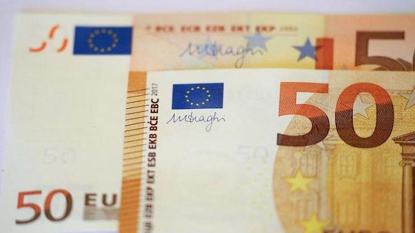 اليورو يصعد من أدنى مستوى في 13 شهرا والدولار يتراجع
