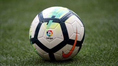 Logo de LaLiga sur un ballon de foot, à Madrid, le 15 avril 2018