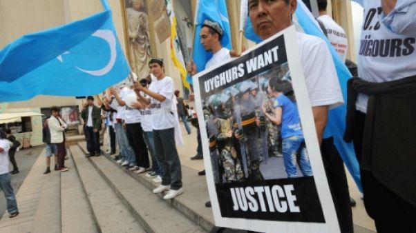Des militants ouïghours manifestent à Paris le 8 juillet 2009