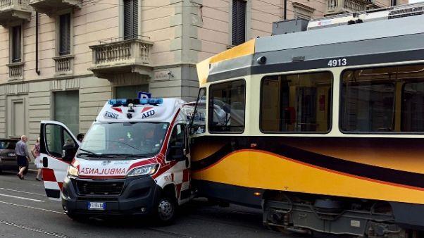 Tram investe ambulanza a Milano