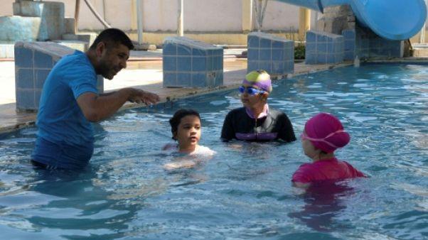 A Mossoul débarrassée de l'EI, les filles se jettent joyeusement à l'eau