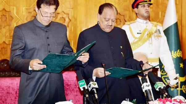 لاعب الكريكيت السابق عمران خان يؤدي اليمين رئيسا لوزراء باكستان