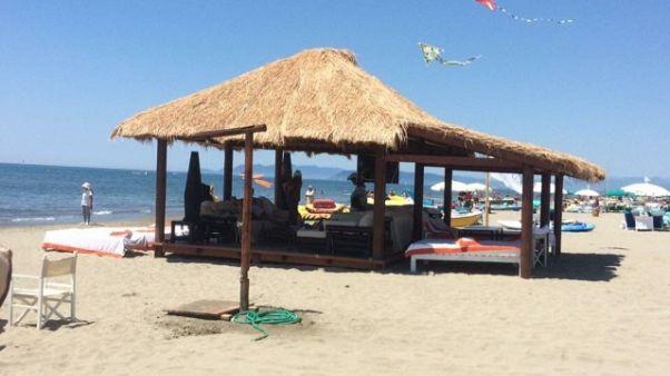 Al Twiga tenda in legno. Pd,autorizzata?
