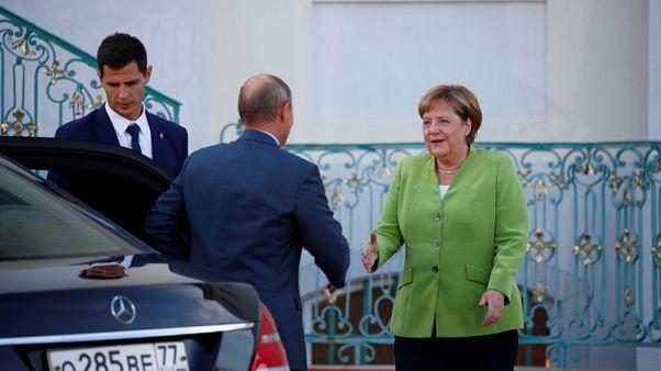 ميركل تقول إنها ستبحث مع بوتين قضايا إيران وأوكرانيا وحقوق الإنسان
