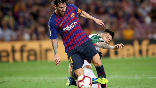 Clever Messi free kick helps Barca to opening win over Alaves