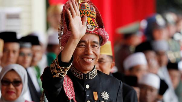 رئيس إندونيسيا يقود دراجة نارية في افتتاح دورة الألعاب الآسيوية
