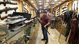 انتعاش متاجر السلاح في بغداد بعد إعادة النظر في حيازة الأسلحة