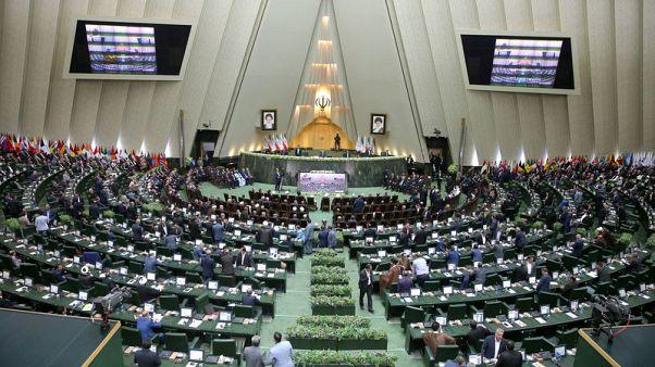أعضاء في البرلمان الإيراني يبدأون إجراءات لمساءلة وزير المالية
