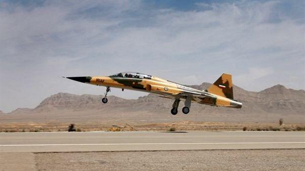 إيران تقول إنها ستطور قدراتها العسكرية وتكشف عن مقاتلة جديدة