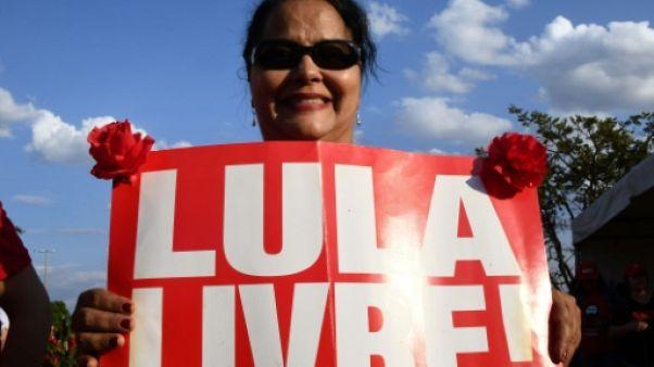 Présidentielle au Brésil: en prison, Lula toujours plus fort dans les sondages
