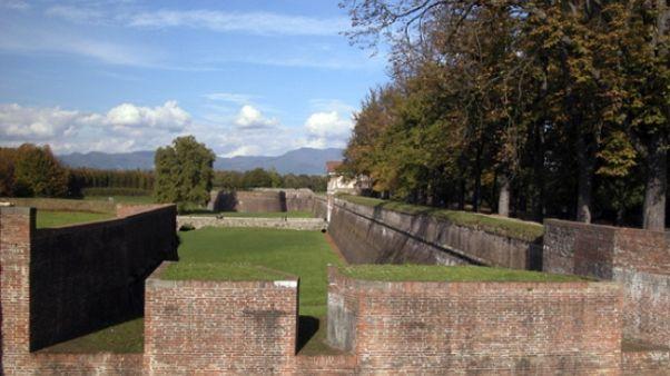 Cade da mura Lucca, grave bimbo francese